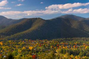 Bright - Huggins Point known for its autumn maple appreciation - Luxury short breaks Victoria